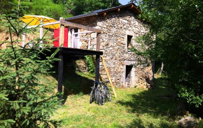 cabane en pierre dans un champ.