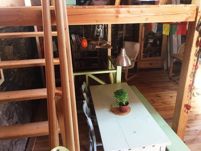 Intérieur du gite en location avec escalier en bois